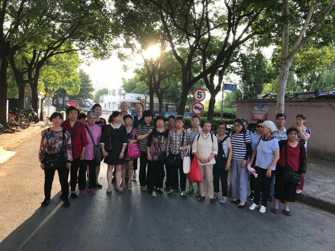 6月12日上海三十多位訪民到江蘇路888號向中央掃黑除惡督導組遞交舉報信,被集體截往府村路救濟站,到傍晚才放出來。(受訪者提供)