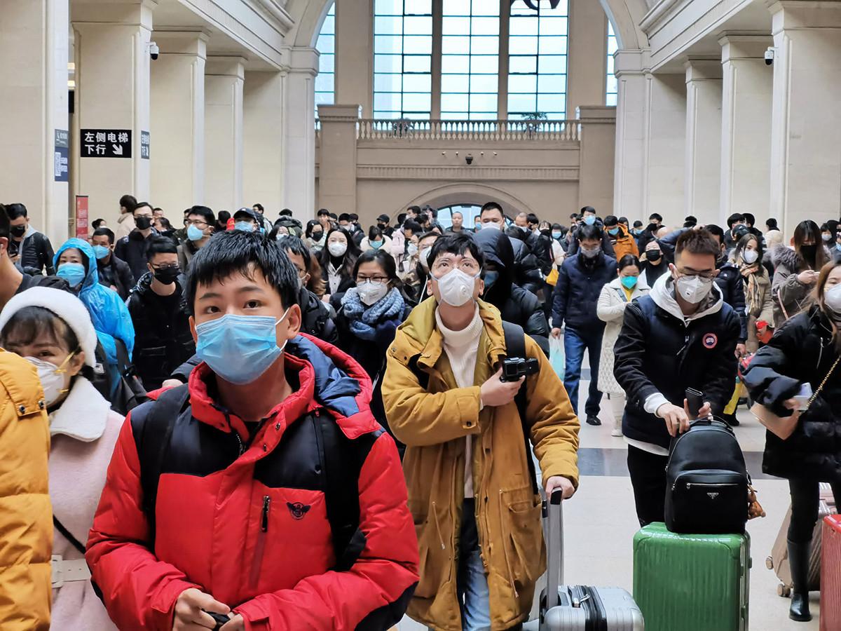 武漢封城導致大量非疫患者有病無醫,不能到外地治療,也導致很多滯留在武漢的外地人無法回家。圖為1月22日武漢封城前一天,人們在漢口火車站等待出行。(Getty Images)