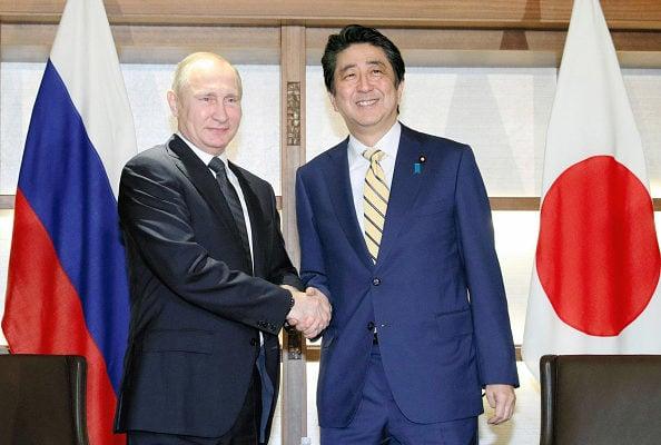15日晚,日本首相安倍晉三在家鄉山口縣長門市的「大谷山莊」溫泉旅館與俄羅斯總統普京舉行會談。(Getty Images)
