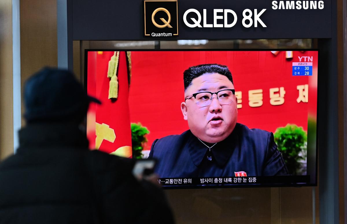 2021年1月6日,在首爾的一個火車站,電視屏幕上正在播放北韓領導人金正恩在全國代表大會上的新聞畫面。(JUNG YEON-JE/AFP via Getty Images)