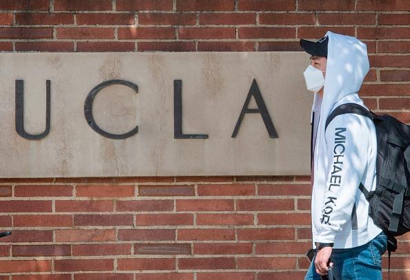 圖為2020年3月6日,加州大學洛杉磯分校(UCLA)一名戴口罩的學生離開校園。(MARK RALSTON/AFP via Getty Images)