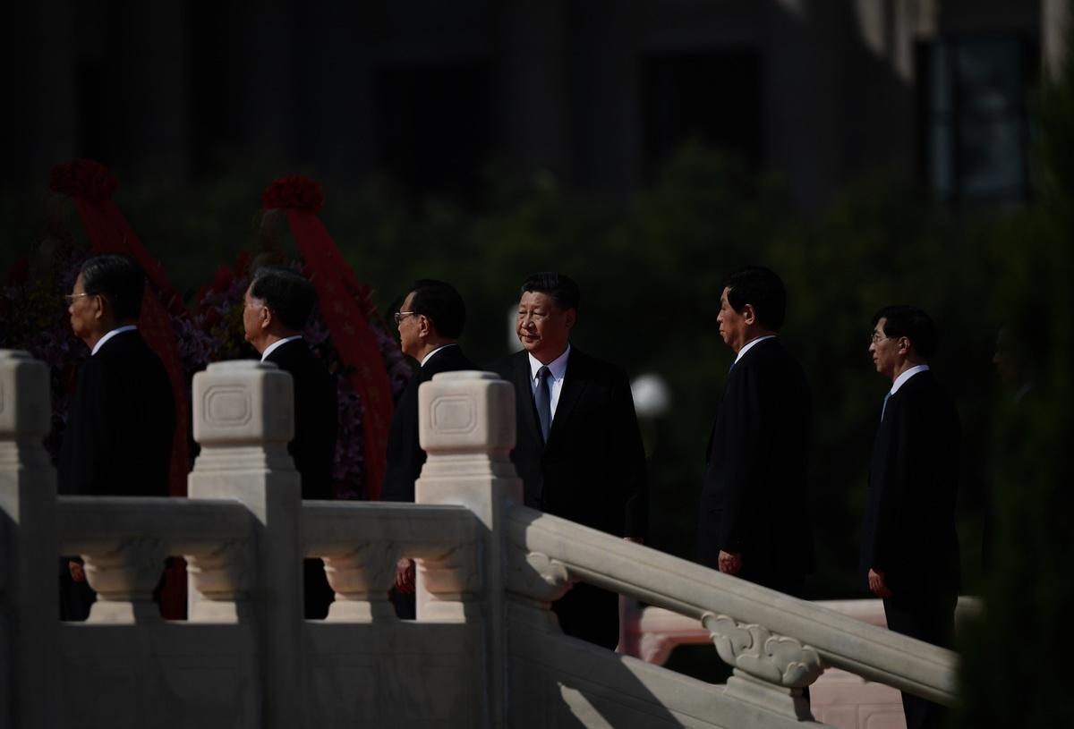 2020年9月30日,習近平(中間)與其他中共政治局常委在北京天安門廣場,參加向人民英雄紀念碑獻花圈活動。(Noel Celis/AFPvia Getty Images)