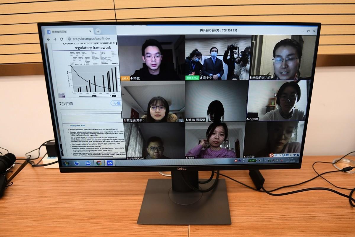 大陸很多地區的學校因為中共肺炎疫情而關閉,改採網上教學,但沒有上網條件的學生就無法上課。圖為2020年2月28日,北京清華大學的學生在進行網上教學。(GREG BAKER/AFP via Getty Images)