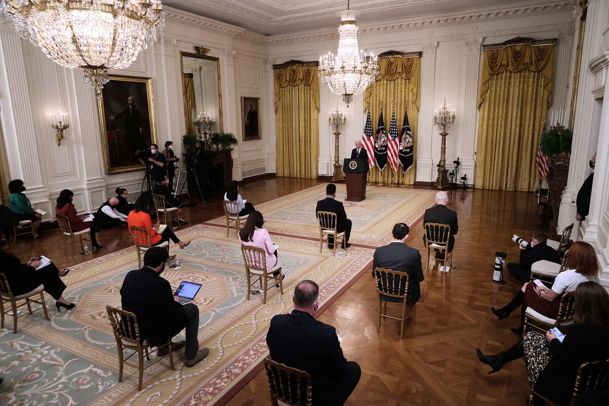 2021年3月25日,在華盛頓白宮東廳,美國總統祖·拜登第一次以總統身份正式召開記者招待會。(JIM WATSON/AFP via Getty Images)