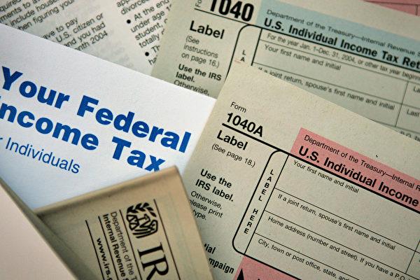 圖為聯邦稅表。(Scott Olson/Getty Images)