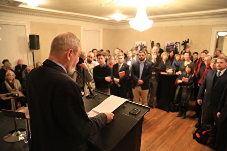 2月26日晚,知名媒體人Jonathan Manthorpe在新書發佈活動上發言,深度解讀中共對加拿大的影響和滲透。(任僑生/大紀元)
