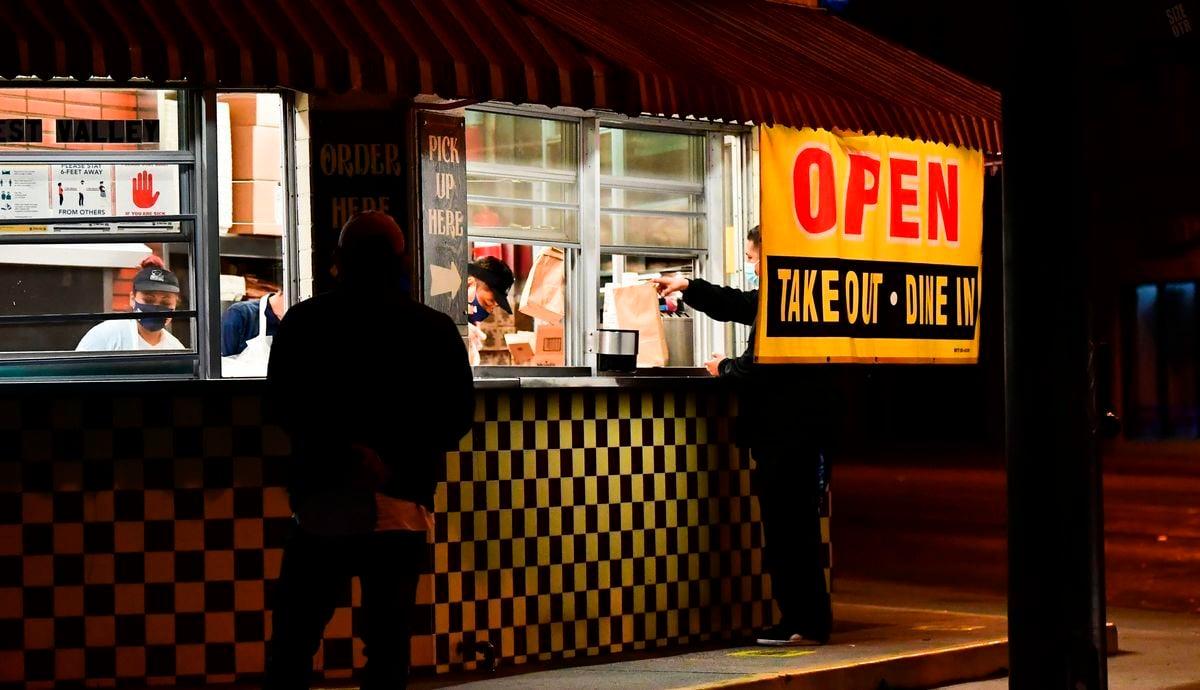 11月19日,加州州長紐森(Gavin Newsom)宣佈,列為「紫色」等級(Tier 1)的41個縣,從周六(11月21日)開始,晚上10點至凌晨5點將實施宵禁。圖為2020年11月17日,加州一家餐館提供外賣自取服務。(FREDERIC J. BROWN/AFP via Getty Images)