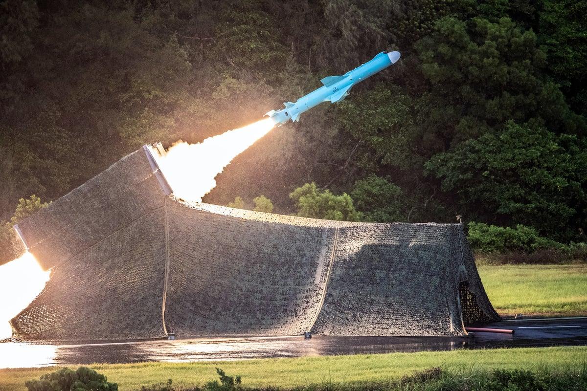 中華民國行政院會正式通過「海空戰力提升計劃採購特別條例」草案,其中雄昇導彈系統部份,為雄風二型增程型導彈(雄二E)、地對地的攻陸導彈,傳射程為1,200公里。圖為台灣雄風二型反艦導彈。(中央社)