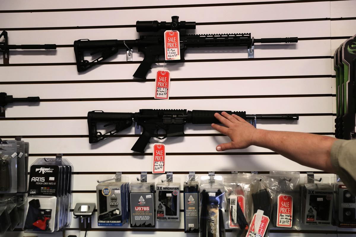 美國聯邦調查局(FBI)數據顯示,今年1月份,全國即時犯罪背景調查系統(NICS)處理了超過431.7萬份購買槍枝背景調查請求。圖為亞利桑那州的一家槍枝品商店。(John Moore/Getty Images)