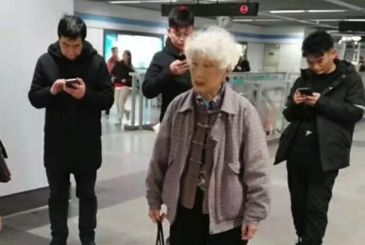 上海89歲老人劉淑珍看守所絕食抗議,堅決沒違法犯罪,拒絕辦理取保候審。(新唐人影片截圖)