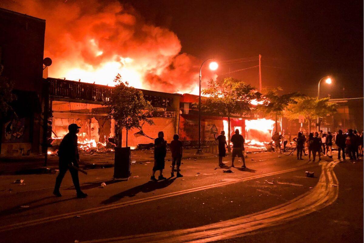 2020年5月28日,明尼蘇達州明尼阿波利斯市第三警局附近的一家酒類商店著火。(Kerem Yucel/AFP via Getty Images)