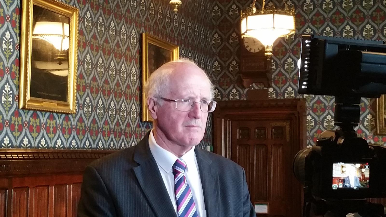 2019年3月26日,一個有關中共活體強摘器官的研討會在英國議會大廈內舉行。圖為研討會發起人、國會議員吉姆‧香農在會後接受媒體採訪。(新唐人電視台)