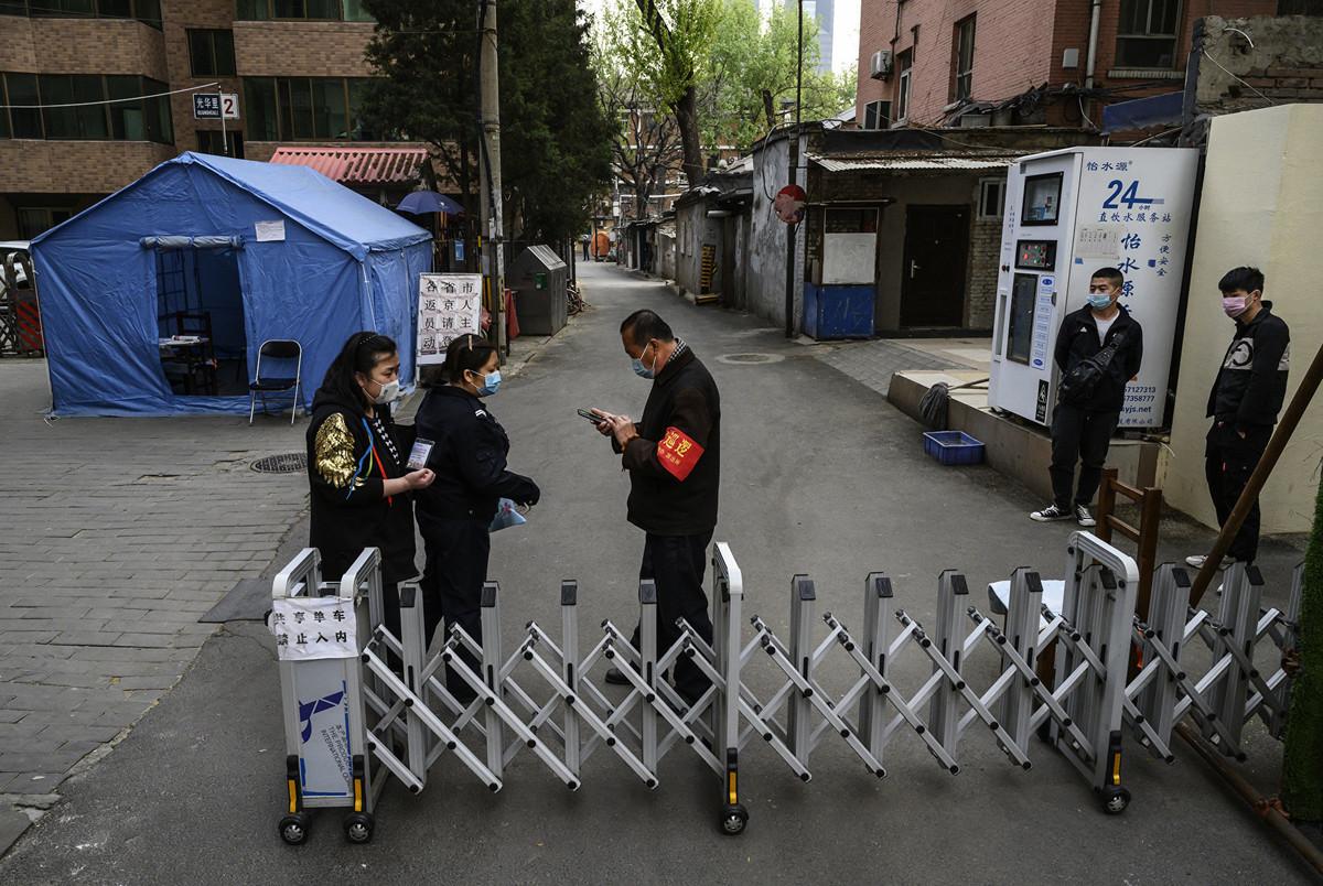 圖為2020年4月7日北京的一個封閉管理的社區入口。(Getty Images)