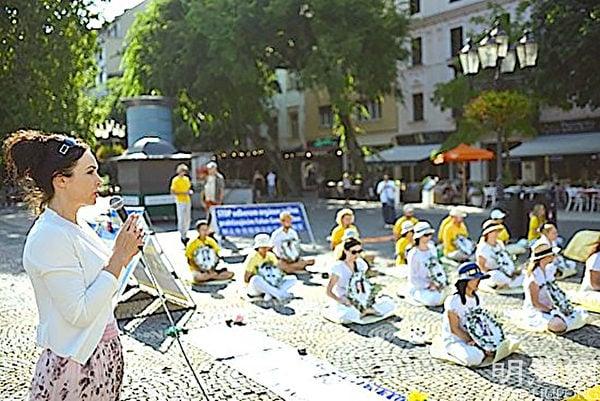 歐洲議會議員米里亞姆.萊克斯曼(Miriam Lexmann)在集會上發言,支持法輪功反迫害。(明慧網)