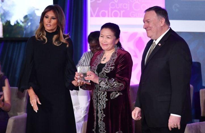 德媒《亮點》2020年6月17日報道,中國籍哈薩克族人薩吾提拜(Sayragul Sauytbay)接受專訪時表示,中共秘密將德國列入「國敵」名單。圖為薩吾提拜(中)今年3月獲得國際婦女勇氣獎的場景。(MANDEL NGAN/AFP via Getty Images)