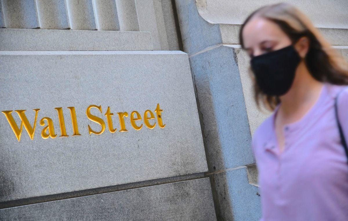2020年10月5日,一名女子走過紐約證券交易所(NYSE)。(ANGELA WEISS/AFP/Getty Images)