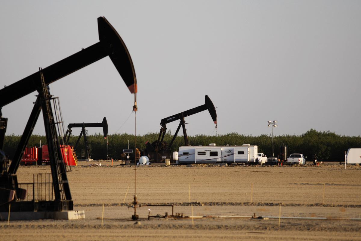 受到經濟解封和用油旺季來臨的激勵,西德州原油期貨已漲到70美元/桶,創下2年半新高。圖為在加州的頁岩油田。(David McNew/Getty Images)
