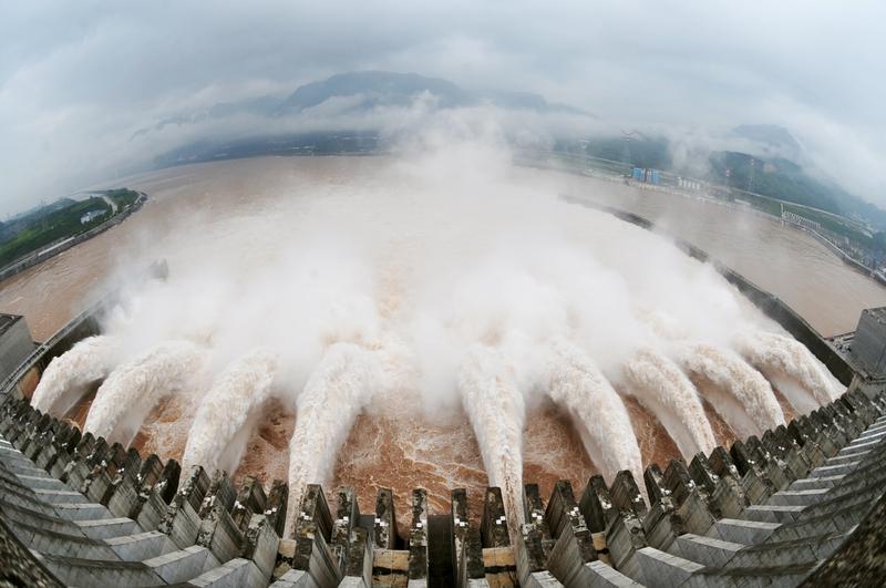 大陸多年失修的病險水庫如同定時炸彈,對下遊民眾與農田造成威脅,使他們處於「頭頂一盆水」的險境之中。圖為三峽大壩開閘瀉水。(AFP/Getty Images)