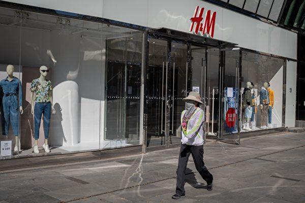 2020年3月19日,北京一家H&M店舖。(NICOLAS ASFOURI/AFP via Getty Images)