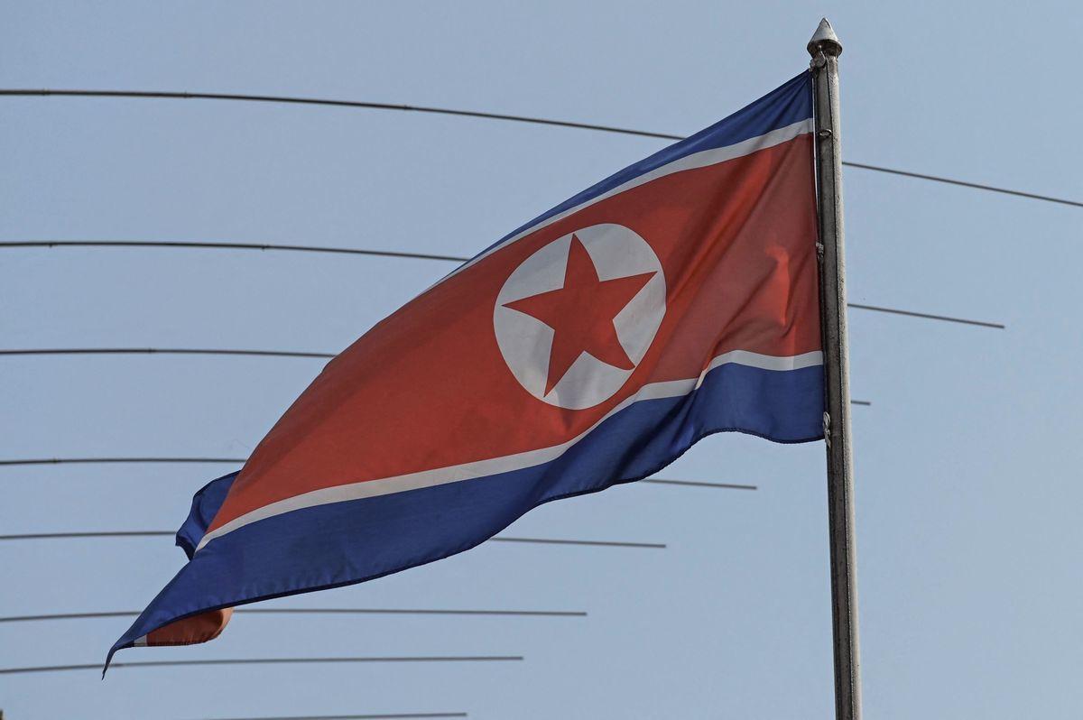 北韓成功測試了一種新式遠程巡航導彈,射程可涵蓋大部份日本地區。專家稱,這可能是北韓第一批具有核能力的此類武器。圖為北韓國旗。(SAZALI AHMAD/AFP via Getty Images)