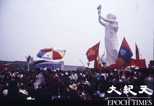 1989年六四前夕,在天安門廣場上,和平抗議的民眾聚集在自由女神像旁,秩序井然。(Jian Liu提供)