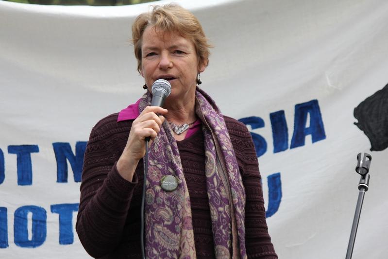 2013年9月22日,新當選聯邦參議員的簡奈特・萊斯(Janet Rice)女士在墨爾本市中心舉行的聲援難民的集會上發言。(攝影:Lucy/大紀元)