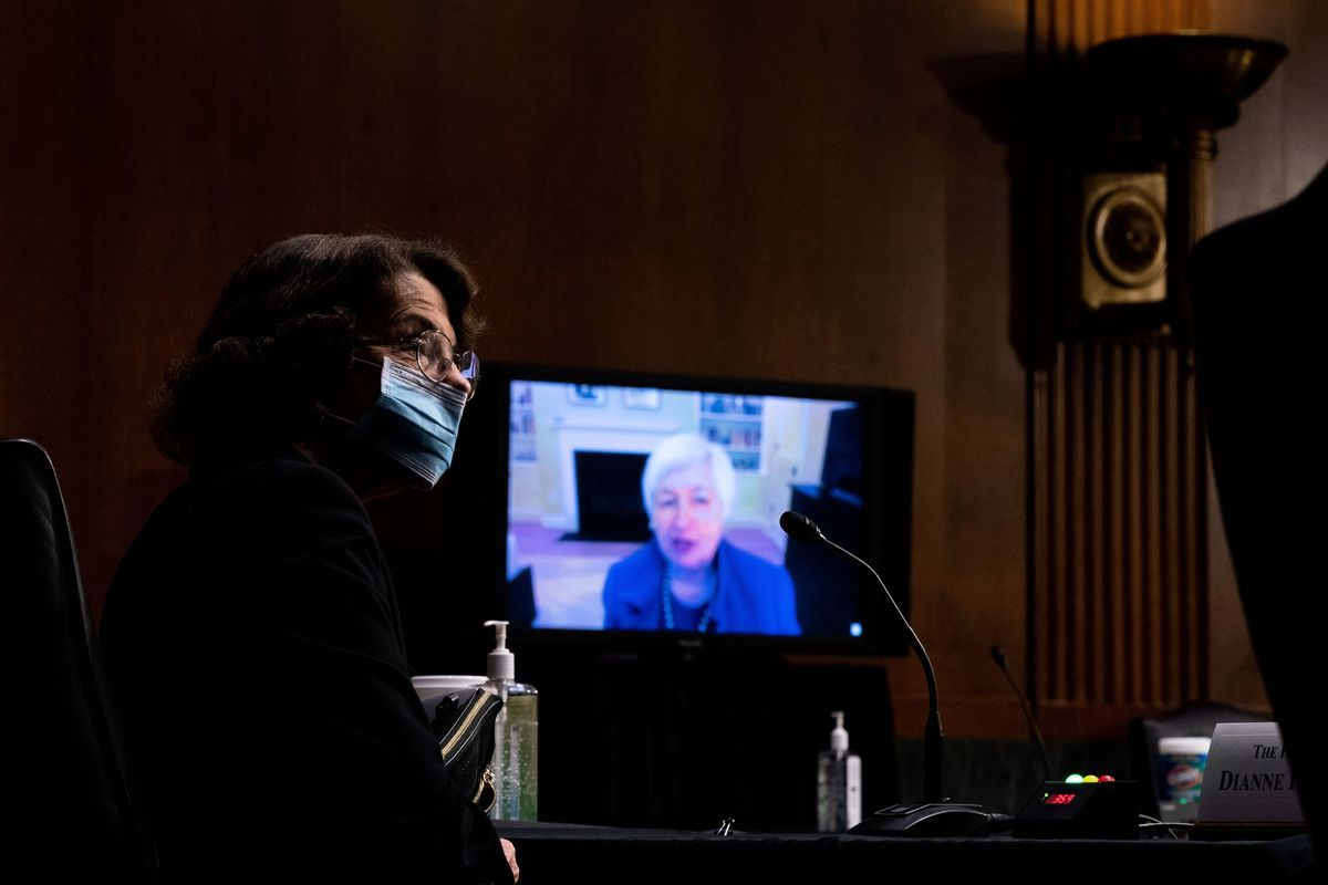 圖為美國國會參議院財政委員會1月19日舉行繼任總統喬·拜登(Joe Biden)的財政部長提名人珍妮特·耶倫(Janet Yellen)的在線聽證會,民主黨資深參議員范士丹(左)出席。(ANDREW HARNIK/POOL/AFP via Getty Images)