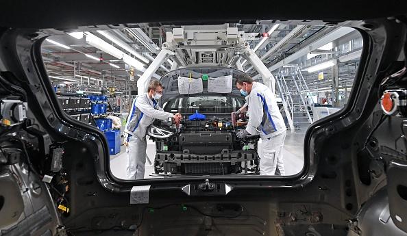 受疫情影響,德國汽車工業停產一個月,近日逐漸恢復。(HENDRIK SCHMIDT/POOL/AFP via Getty Images)