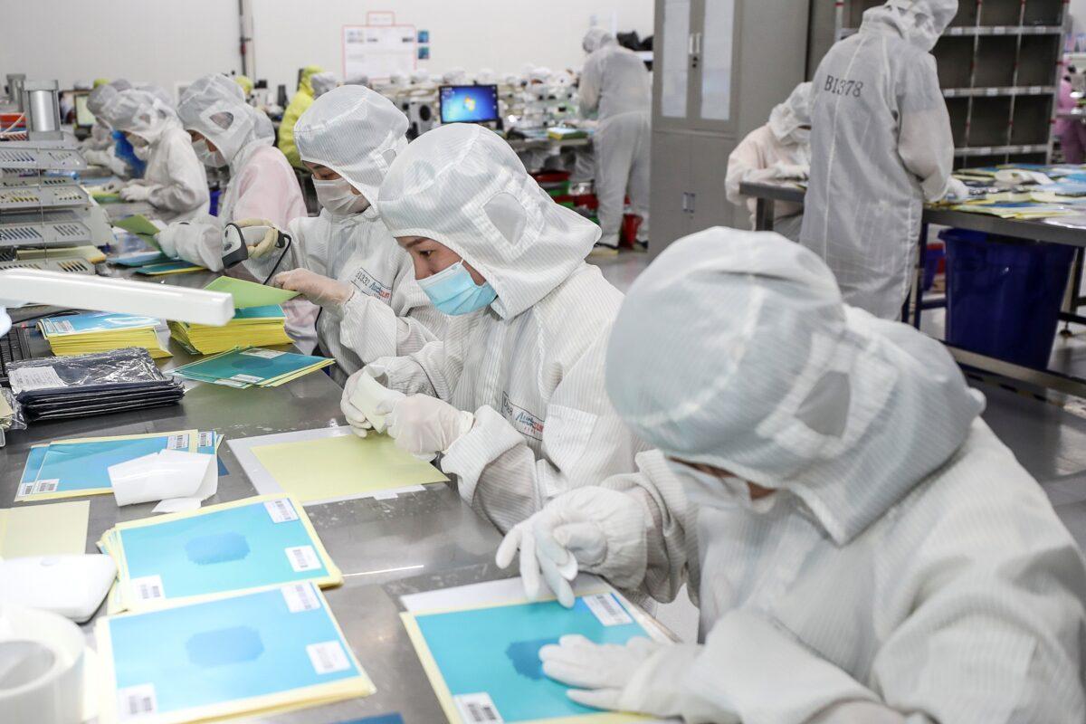 2020年6月16日,員工們在中國東部江蘇省淮安市的一家工廠生產LED晶片。(STR/AFP via Getty Images)