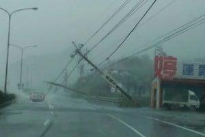 強颱莫蘭蒂肆虐台灣 造成1死44傷
