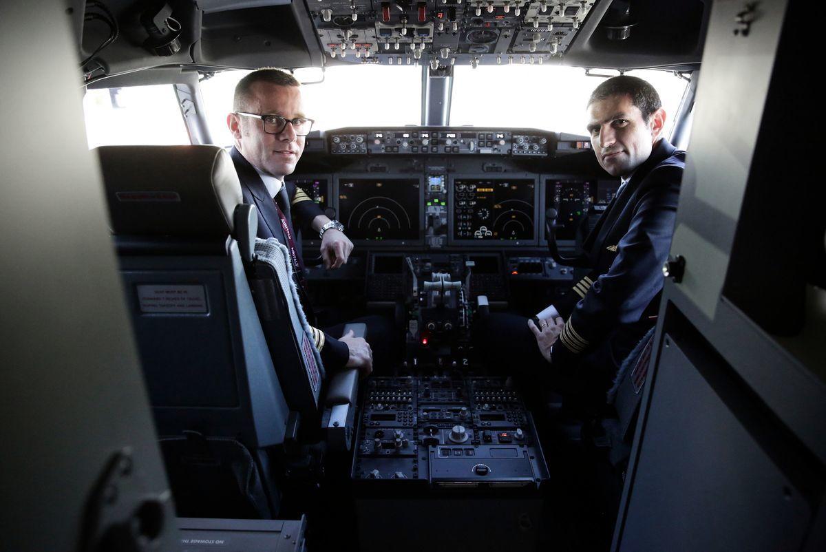 目前中國國內各大航司無波音737 MAX的模擬機,飛行員主要使用最新一代737-800機型的模擬機訓練。圖為波音交付的第一架737 MAX商用飛機的駕駛艙。(JASON REDMOND/AFP/Getty Images)