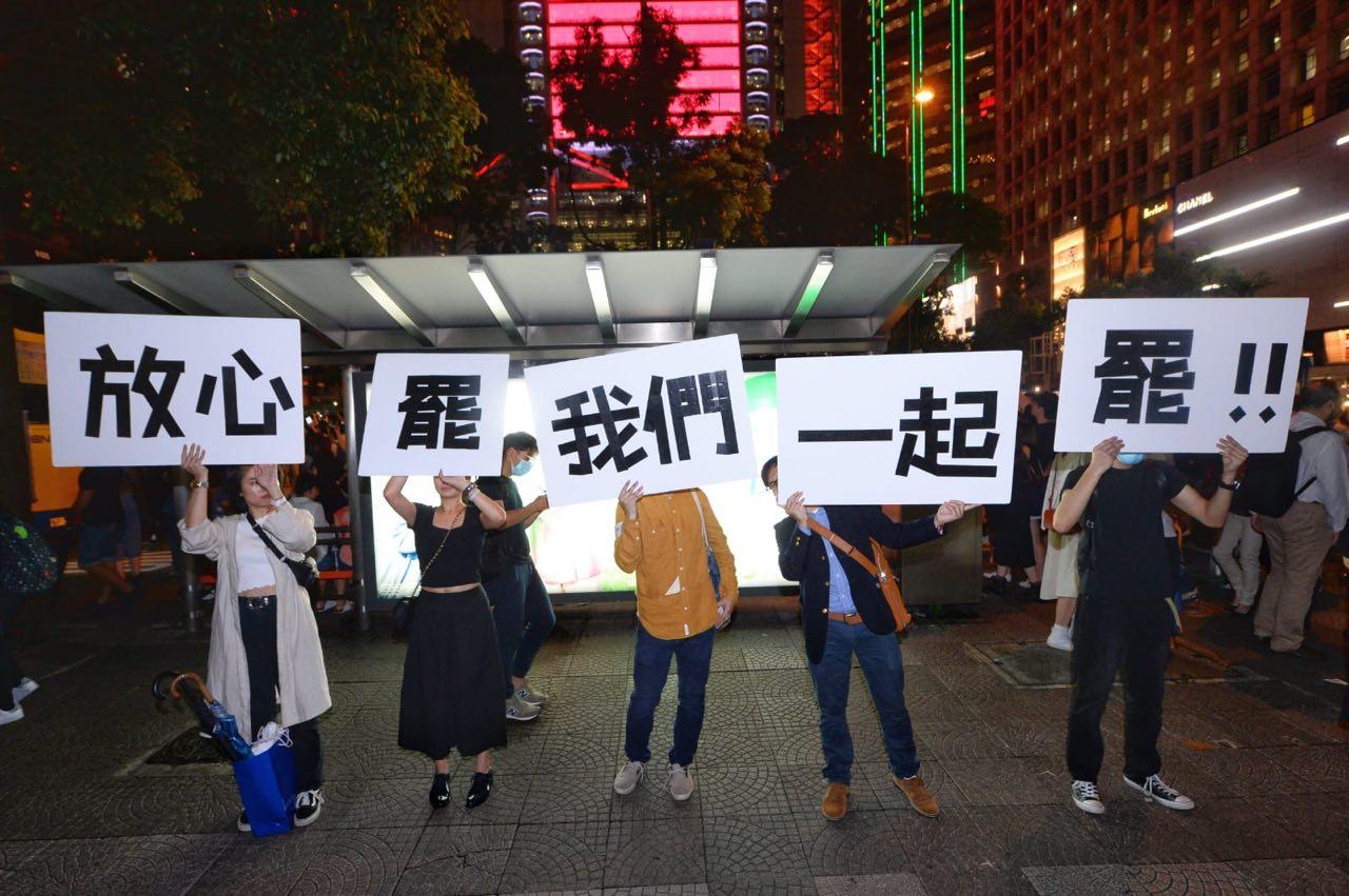 2019年8月2日,香港公務員集會在遮打花園舉行。有公務人員舉著標語表示和民眾站在一起。(宋碧龍/大紀元)