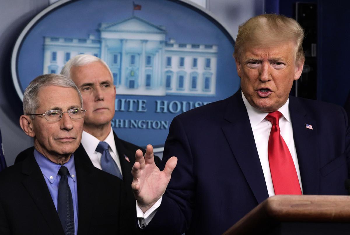 美國總統特朗普(右)於2020年2月29日在白宮的中共病毒記者會上。(Alex Wong/Getty Images)