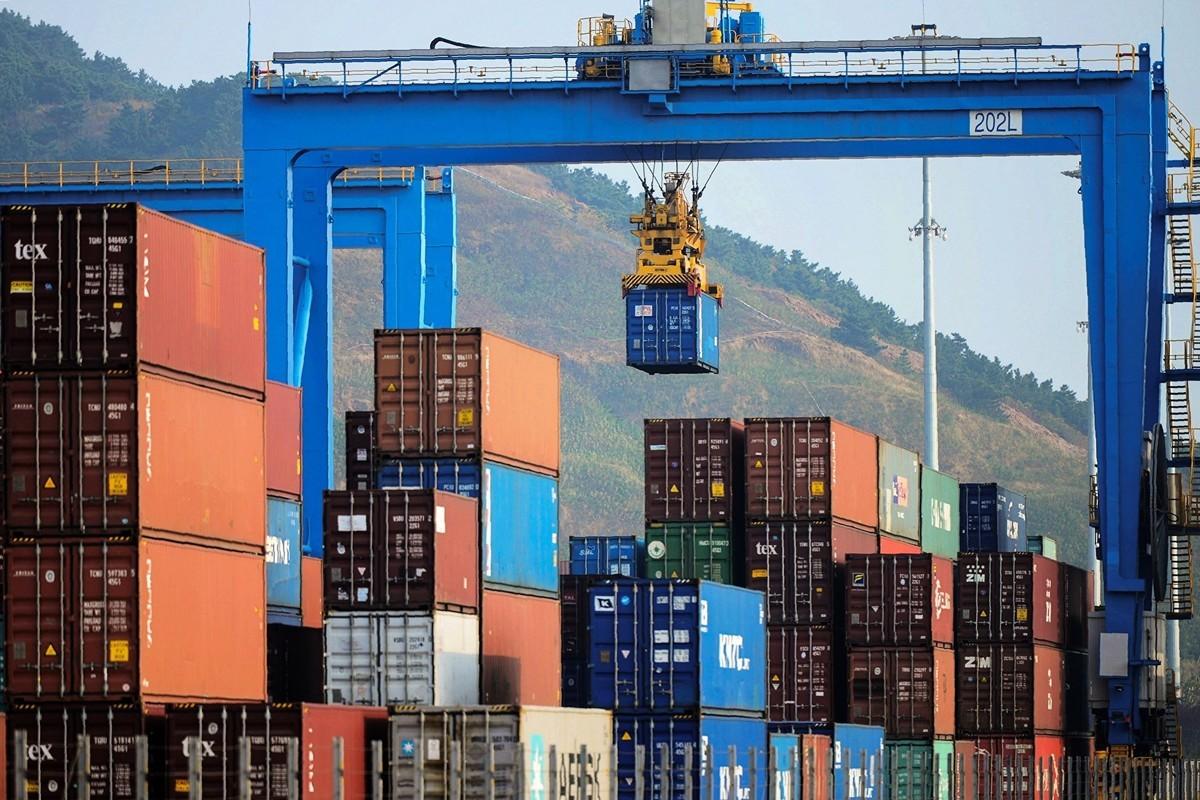 特朗普發推說,從10月1日開始,對價值2500億美元中國商品的關稅從目前的25%提升到30%;此外,從9月1日起,對剩餘3000億美元中國商品加徵的關稅稅率從現在的10%提升到15%。圖為青島一港口。(STR/AFP/Getty Images)