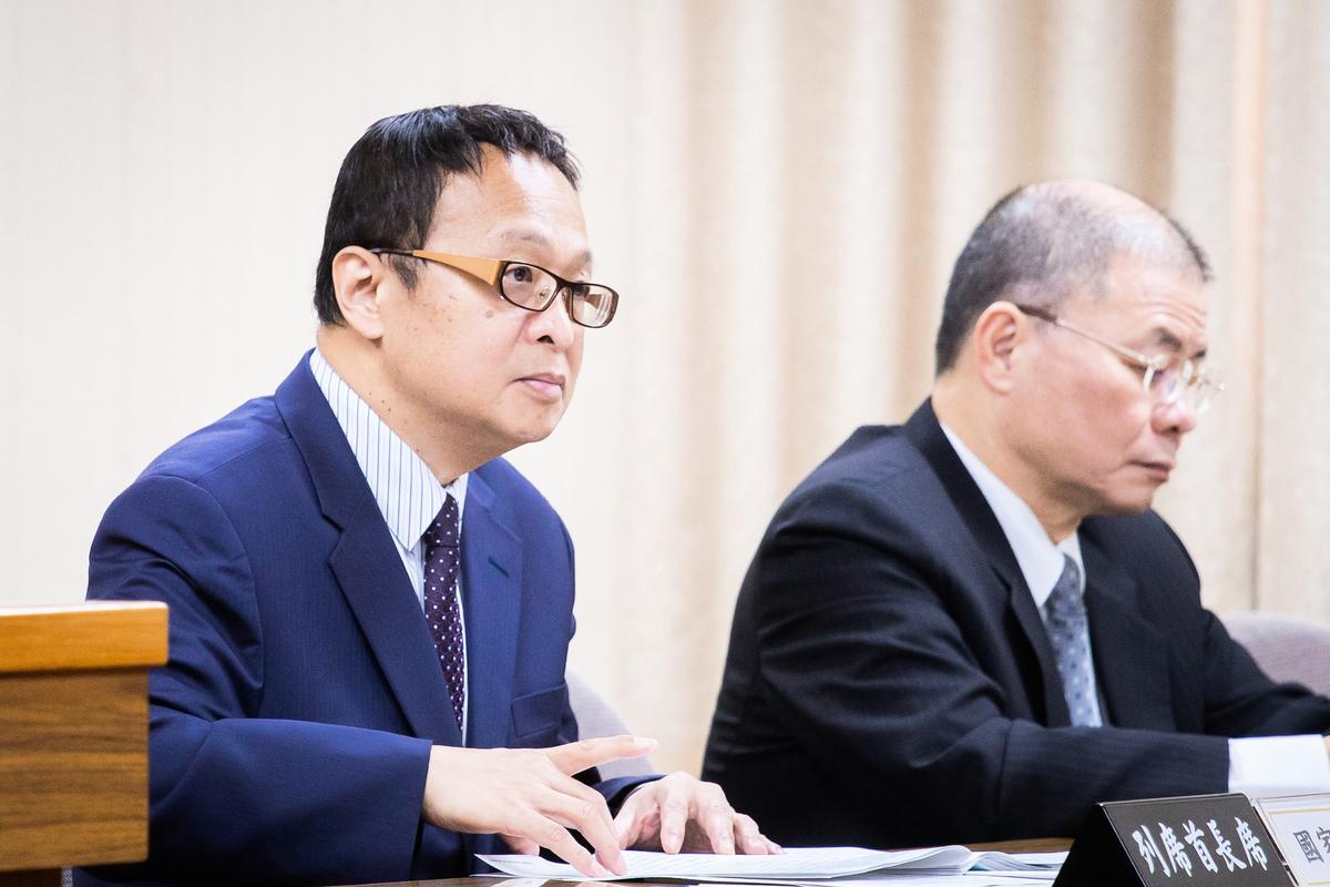 國安局副局長柯承亨(左)13日表示,台灣是自由民主開放的社會,不需要共產國家來告訴台灣的媒體應該怎麼做。(陳柏州/大紀元)