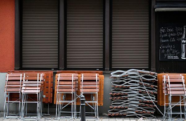 2021年1月4日,德國科隆(Cologne),疫情期間酒吧暫時關閉,桌椅收拾在一起。(INA FASSBENDER/AFP via Getty Images)