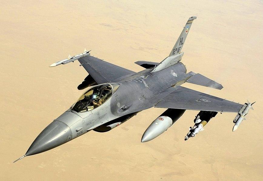 25架共機擾台之際 美F-16掛實彈在南海現身【影片】