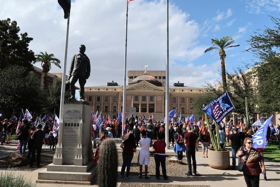 亞利桑那州法院外 選民向媒體追責