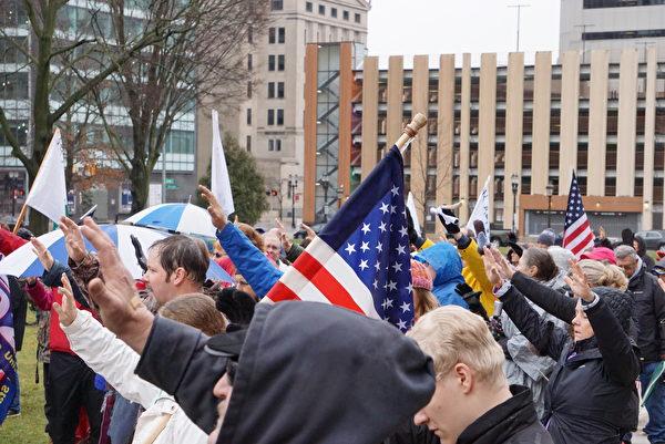 2020年12月12日,遊行結束之後,民眾在國會大廈前加起十字架,上千名來自密歇根州各界民眾舉行了「讓教會怒吼!」(Let The Church ROAR)的禱告大會。(林慧心/大紀元)