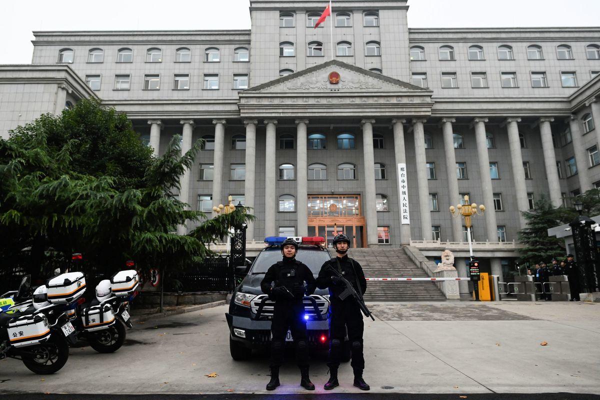 2019年11月7日,河北邢台中級法院外的持槍警察。(WANG ZHAO/AFP via Getty Images)