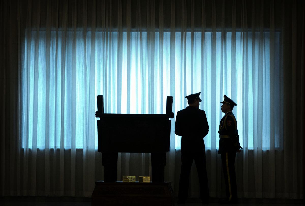 習近平七一後四天破格提拔4名上將,備戰北戴河大戰。西部戰區南部戰區司令員陸軍司令員換人,兩名司令員被異常免職,去向不明,軍隊暗潮洶湧。圖為北京八一大樓一軍事儀式。(Mark Schiefelbein /AFP via Getty Images)