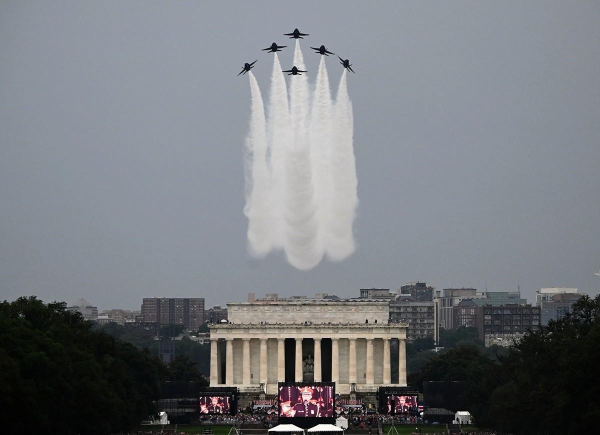 2019年7月4日,美國總統特朗普在華盛頓特區林肯紀念堂舉行「向美國致敬」國慶慶祝活動,人們聚集在國家廣場上,藍天使的6架F-18戰機飛過頭頂。(ANDREW CABALLERO-REYNOLDS / AFP) (Photo credit should read ANDREW CABALLERO-REYNOLDS/AFP/Getty Images)