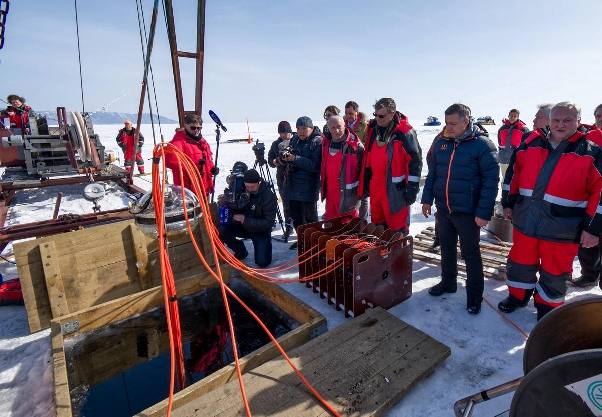 科學家將深水望遠鏡小心地通過冰上的這個長方形孔洞降到冰凍的水中。(Bair Shaibonov/Russian Institute for Nuclear Research/AFP)