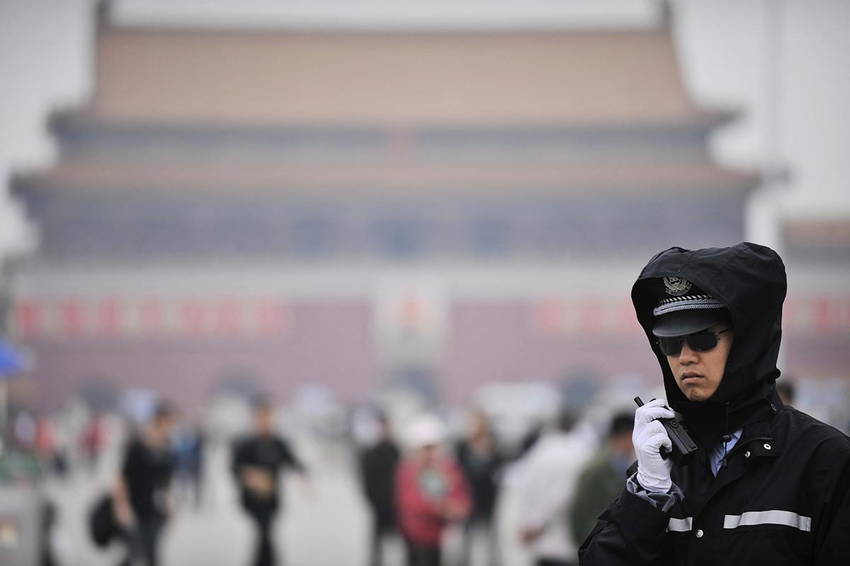 美參議院提決案,借天安門大屠殺30周年之際強烈譴責中共對民眾和人權日趨嚴重的鎮壓和侵犯。圖為2008年1月3日在天安門巡邏的警察。(PETER PARKS/AFP/Getty Images)