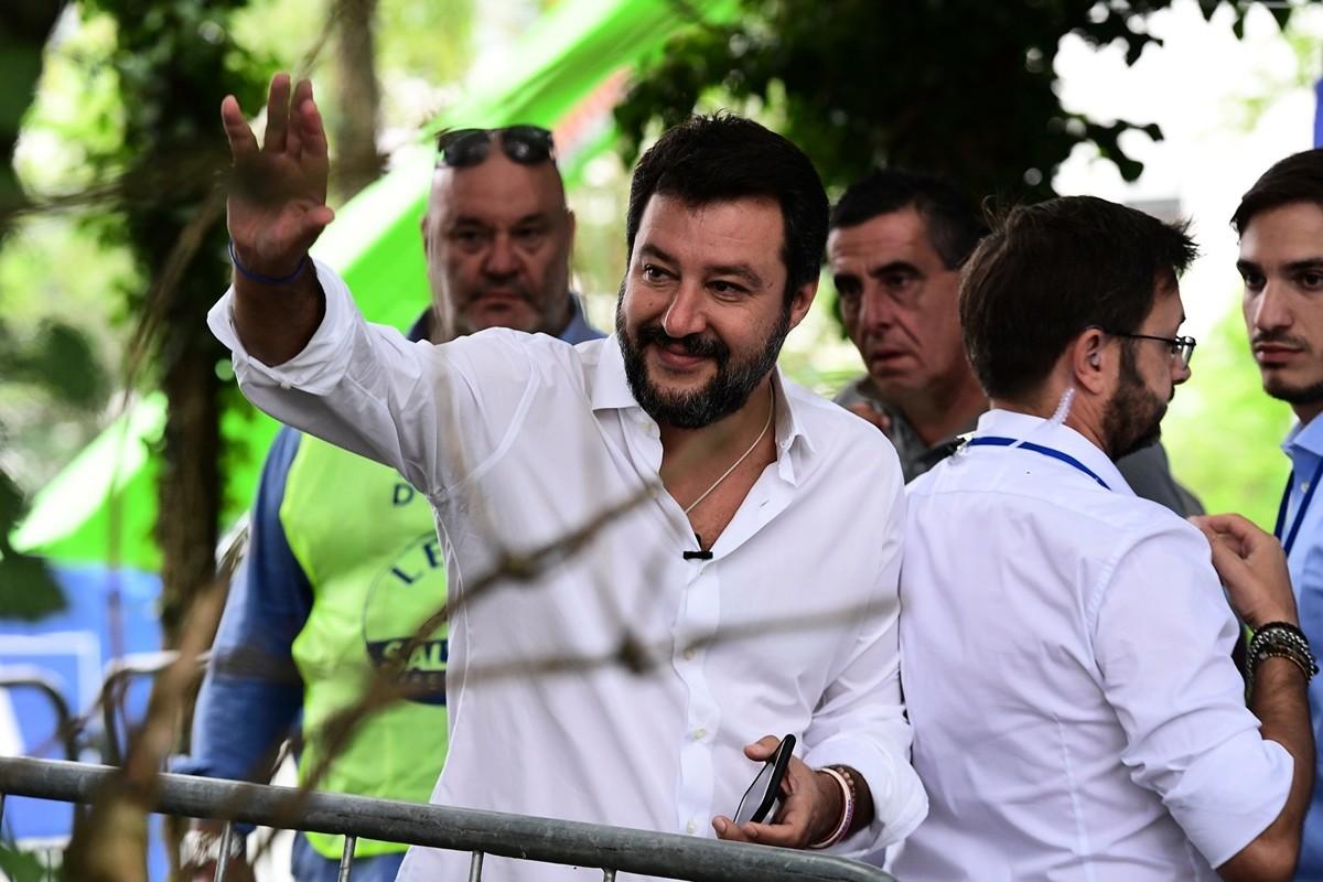 圖為意大利前內政部長馬泰奧·薩爾維尼(Matteo Salvini)(舉手之人)。(MIGUEL MEDINA/AFP/Getty Images)