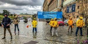 國會前 瑞典人冒雨圍著法輪功學員聽真相