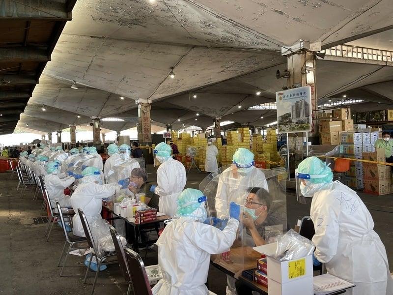 台北榮民總醫院團隊7月3日上午6時起在北農第一果菜批發市場、分10線執行採檢任務,目標是在中午前篩檢超過2,000人。(台北榮總提供/中央社)