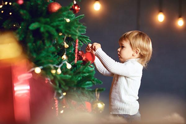 裝點聖誕樹可不能馬虎。(iStock.com/Lacheev)