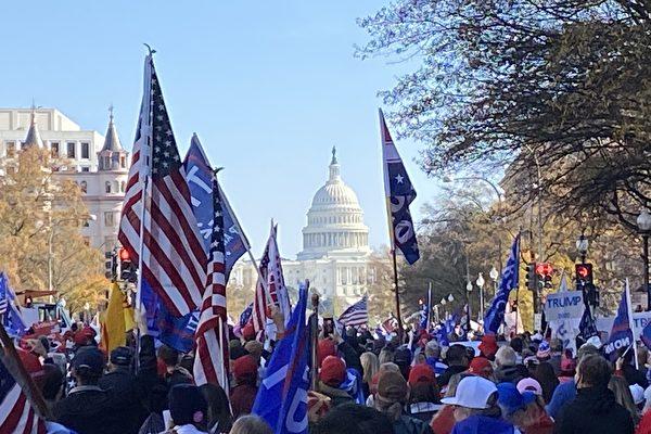 圖為2020年11月14日,美國各州至少50萬民眾聚集在首都華盛頓DC,舉行挺特朗普大遊行。在白宮前支持特朗普的旗海飛揚。(施萍/大紀元)