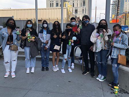 2021年5月2日在紐約華人社區法拉盛,一群非裔和西語裔年輕人在「EndCCP」倡議書上簽名。(孫桂芝提供)